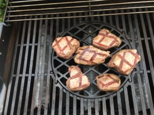 Rinderfilet Steaks auf dem Grill zubereiten